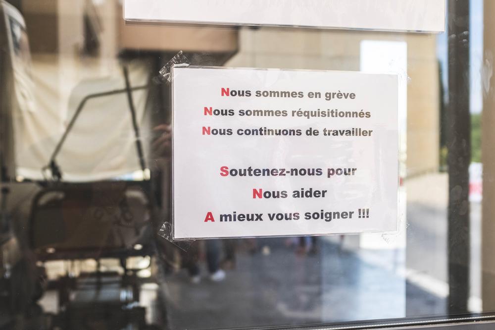 Pancarte aux urgences de l'hôpital de Grasse